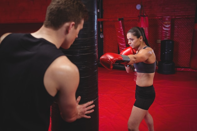 Kobieta bokser ćwiczy z trenerem