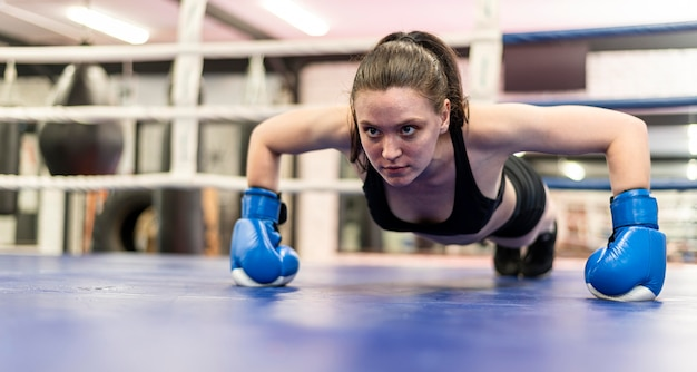 Kobieta bokser pracuje