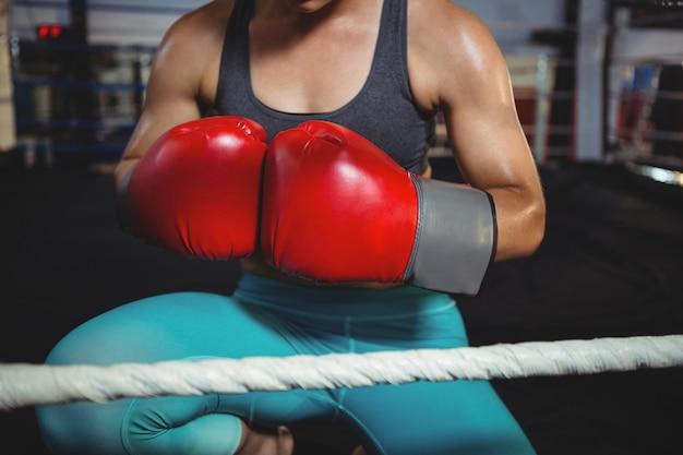 Kobieta bokser z rękawic bokserskich