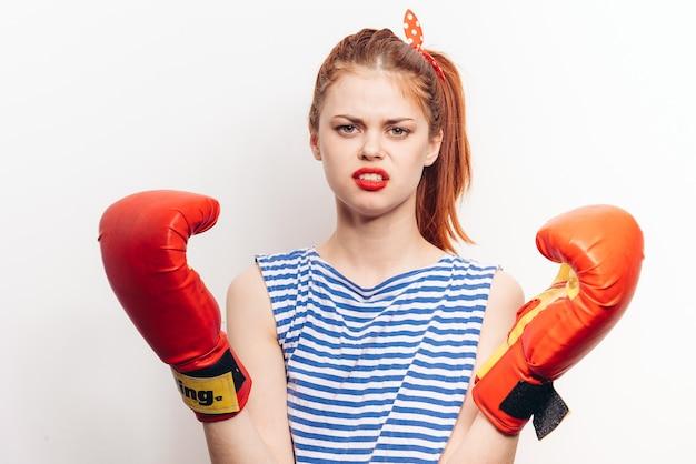 Kobieta bokser z rękawicami bokserskimi