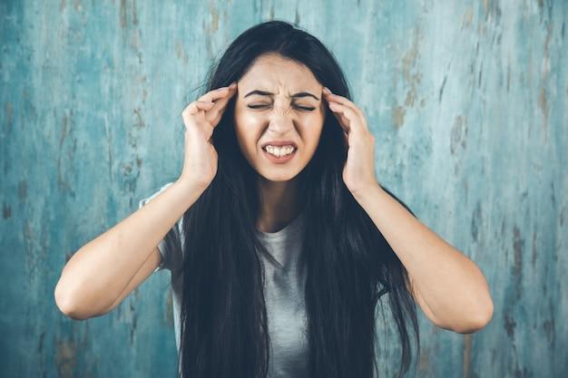 Kobieta ból głowy na abstrakcyjnym tle