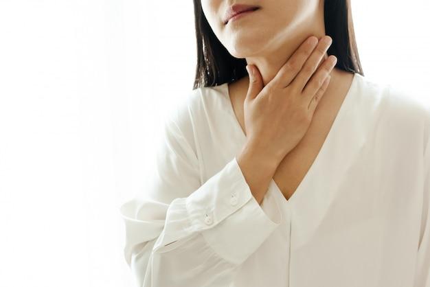 Kobieta ból szyi i zapalenie migdałków, koncepcja opieki zdrowotnej i odzyskiwania leków