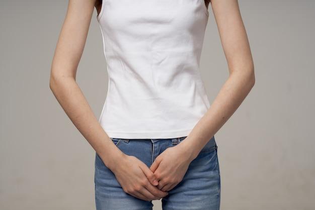 Kobieta ból w pachwinie intymna choroba ginekologia na białym tle