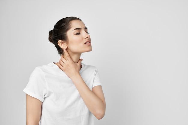 Kobieta bolesny zespół dyskomfort na białym tle