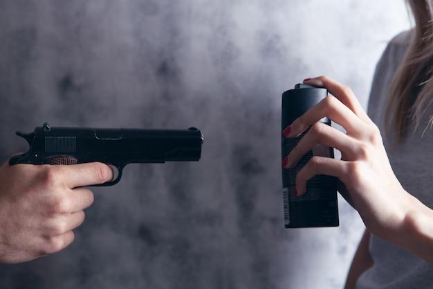 Kobieta broni się sprayem przed uzbrojonym mężczyzną