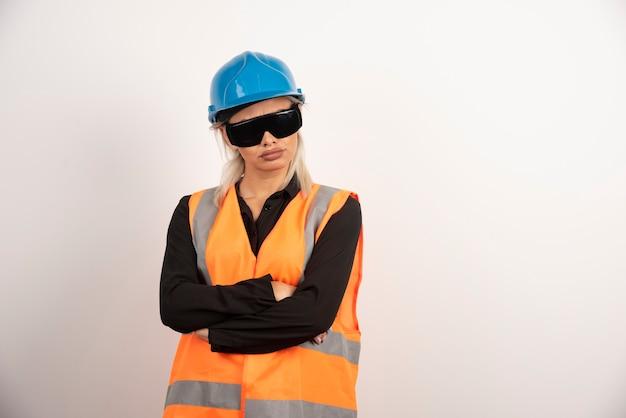 Kobieta budowniczy pozuje z goglami i hełmem. wysokiej jakości zdjęcie