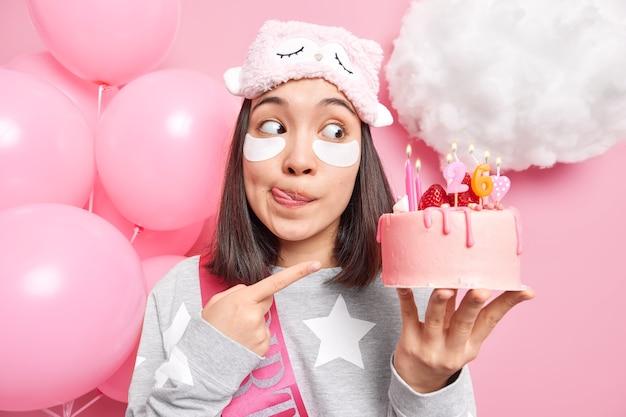 Kobieta buty, które zrobiła tort, który zrobiła na swoje 26 urodziny oblizuje usta przygotowuje do przyjęcia ubrana w domowe ciuchy poddana zabiegom pielęgnacyjnym