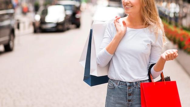 Kobieta buźka na zewnątrz gospodarstwa torby na zakupy