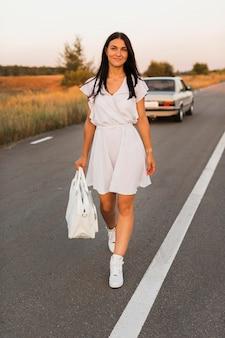 Kobieta buźka odchodzisz od samochodu