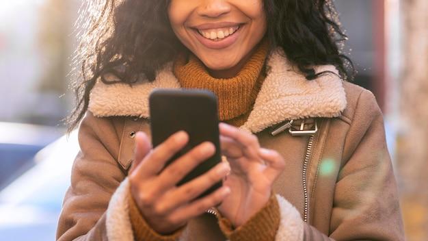 Kobieta buźka patrząc na swój telefon