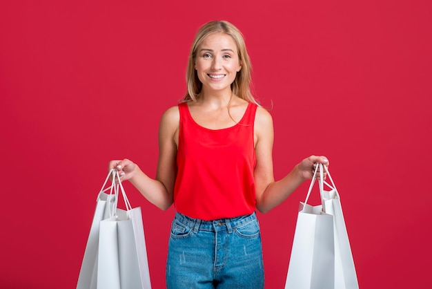 Kobieta buźka posiadająca wiele toreb na zakupy