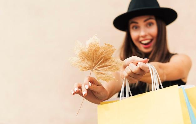 Kobieta buźka trzymając torby na zakupy