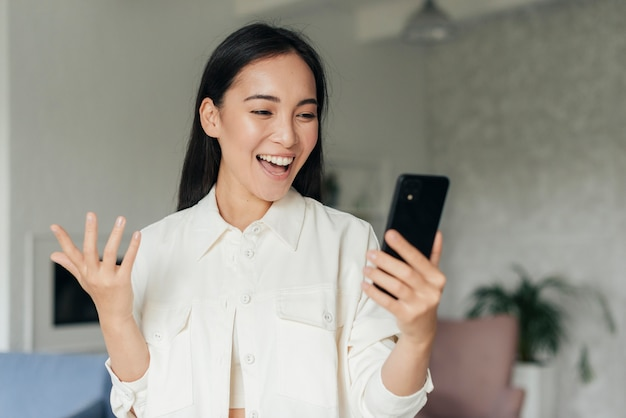 Kobieta buźka vlogging na smartfonie