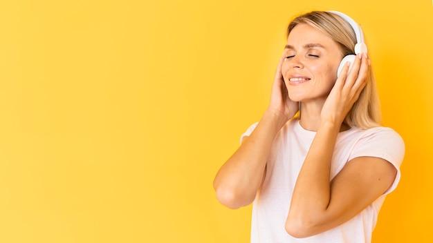 Kobieta buźkę noszenie słuchawek