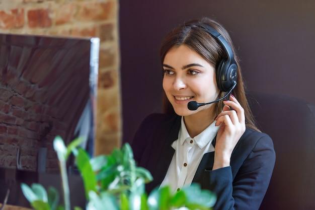 Kobieta callcenter operator