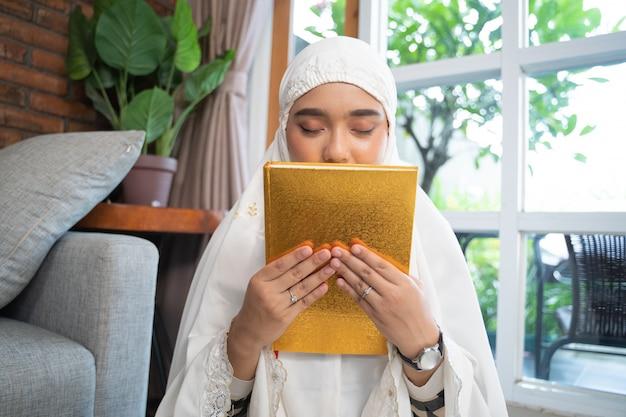 Kobieta całuje koran