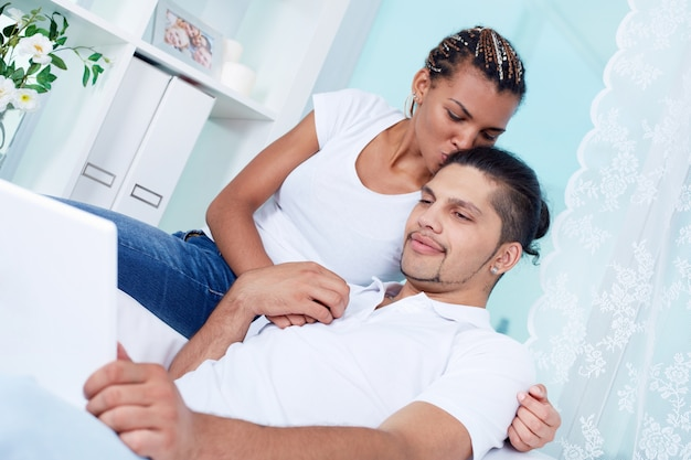 Kobieta całuje swojego chłopaka na głowie