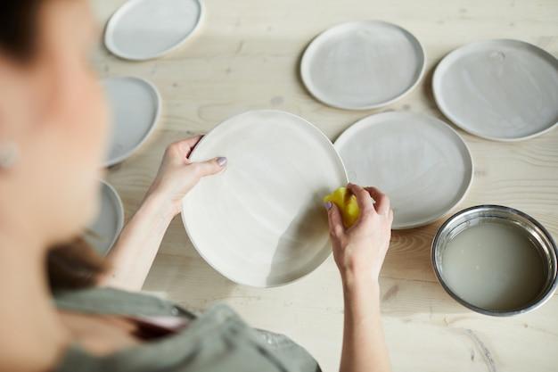 Kobieta ceramik making talerze
