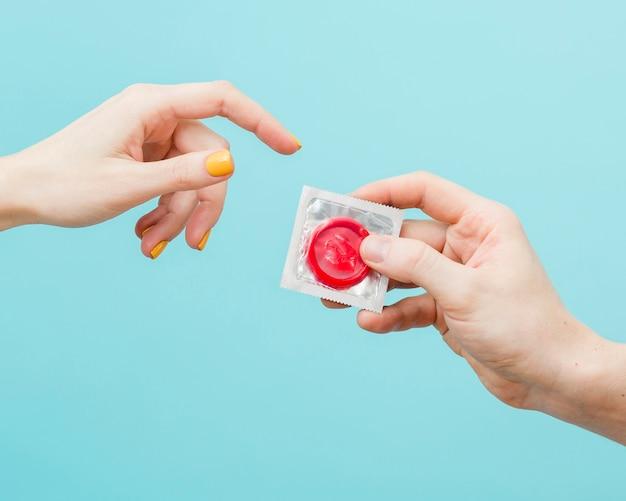 Kobieta chce dostać prezerwatywę od mężczyzny