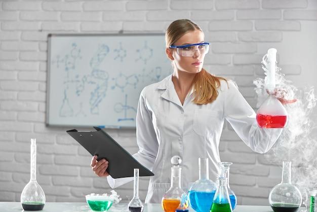Kobieta chemik pracujący w laboratorium