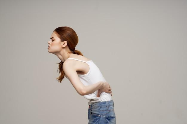 Kobieta chiropraktyka problemy zdrowotne reumatyzm na białym tle
