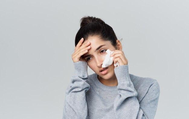 Kobieta choroba katar problemy zdrowotne sweter copy space