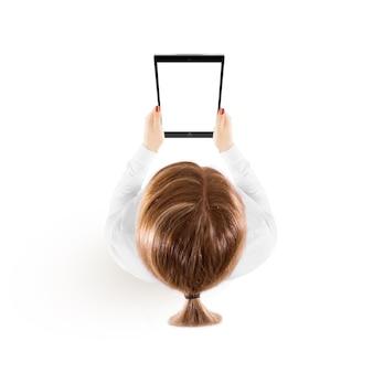 Kobieta chwyta pastylki komputeru osobistego makieta w ręka odgórnym widoku