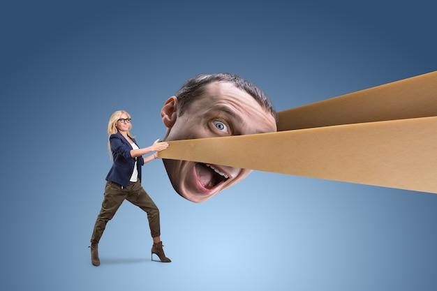 Kobieta ciągnąca głowę mężczyzny w procy