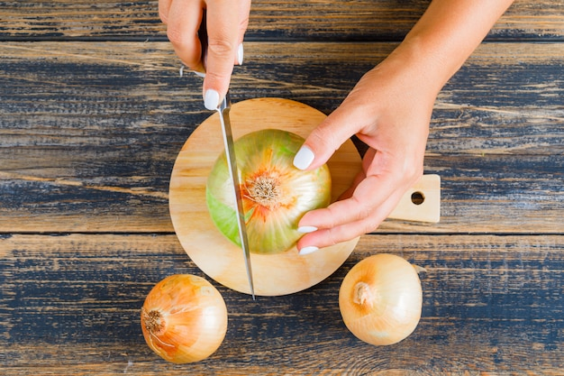 Kobieta cięcia cebuli za pomocą noża