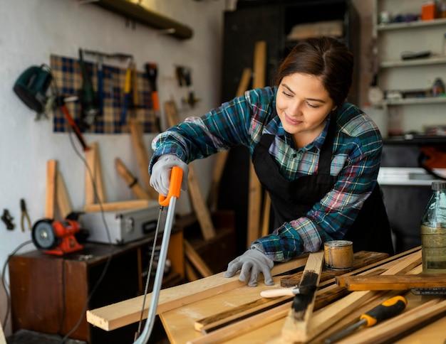 Kobieta cięcia desek drewnianych