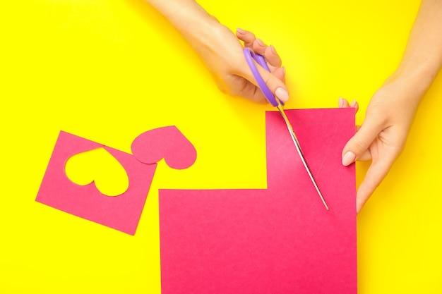 Kobieta cięcia papieru na żółty, widok z góry