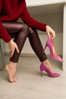 Kobieta cierpi na ból nóg w biurze