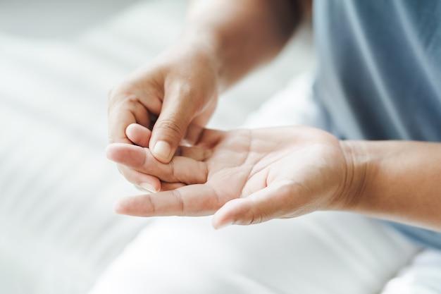Kobieta cierpiąca na bóle dłoni i stawów palców przyczyny reumatoidalnego zapalenia stawów cieśni nadgarstka