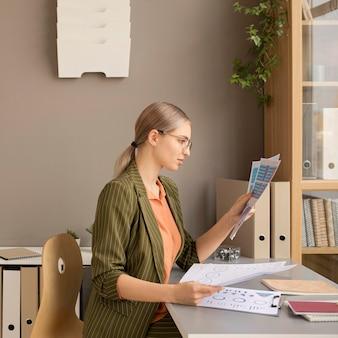 Kobieta ciesząc się dnia w biurze