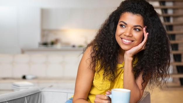 Kobieta, ciesząc się filiżanką kawy