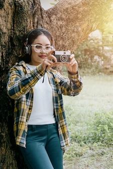 Kobieta, ciesząc się muzyką i robić zdjęcia