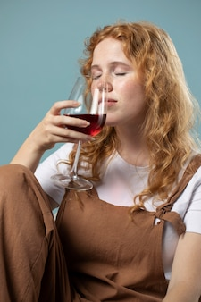Kobieta ciesząca się kieliszkiem czerwonego wina