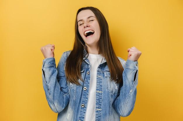 Kobieta Cieszy Się Chwilą Sukcesu świętuje Zwycięstwo Premium Zdjęcia