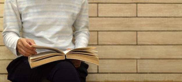 Kobieta cieszy się czytający książkę. koncepcja edukacji i czytania