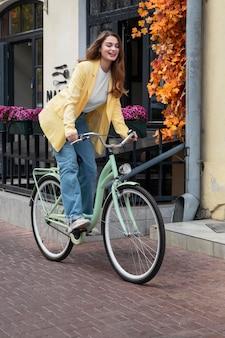 Kobieta cieszy się jazdą na rowerze w mieście