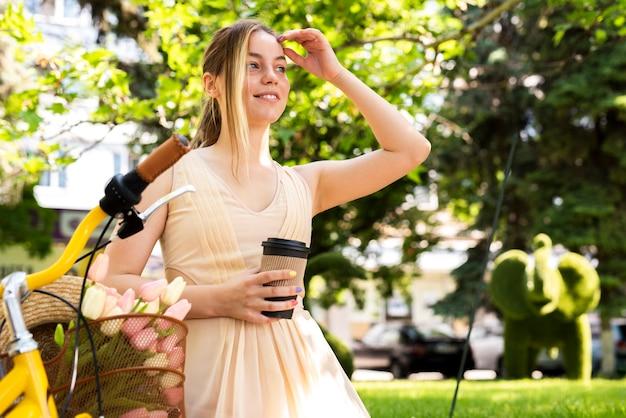Kobieta cieszy się kawę na ranek przejażdżce