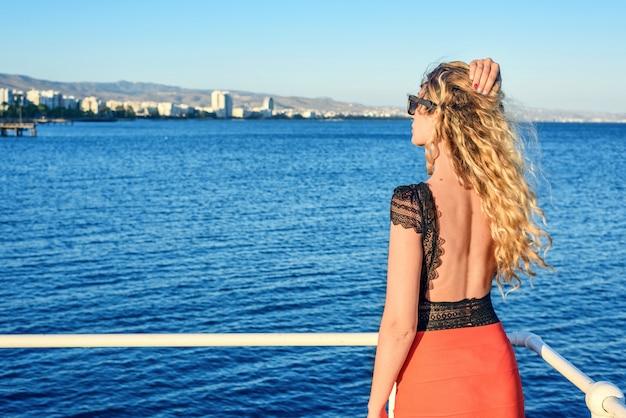 Kobieta cieszy się lato w limassol, cypr
