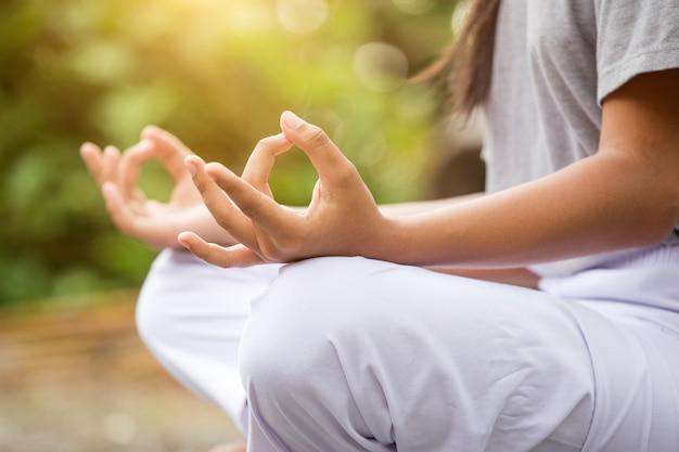 Kobieta cieszy się medytację i joga w parku