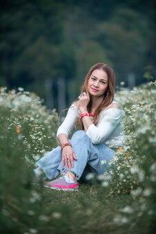 Kobieta cieszy się naturą ogrodu kwiatowego.