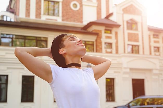 Kobieta cieszy się pięknego dzień w mieście