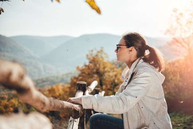 Kobieta cieszy się widok na górze góry