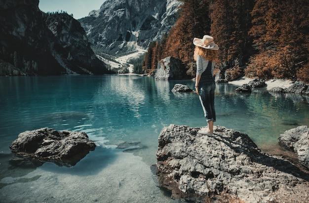 Kobieta cieszy się widok na jeziorze