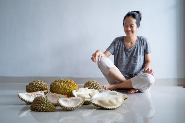 Kobieta cieszyć się jedzeniem owoców durian