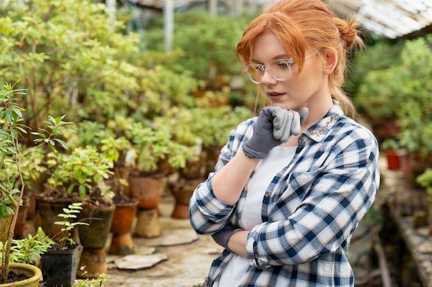 Kobieta ciężko pracująca w szklarni