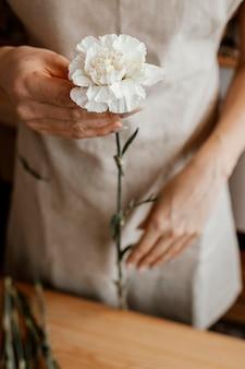 Kobieta co piękny bukiet kwiatów